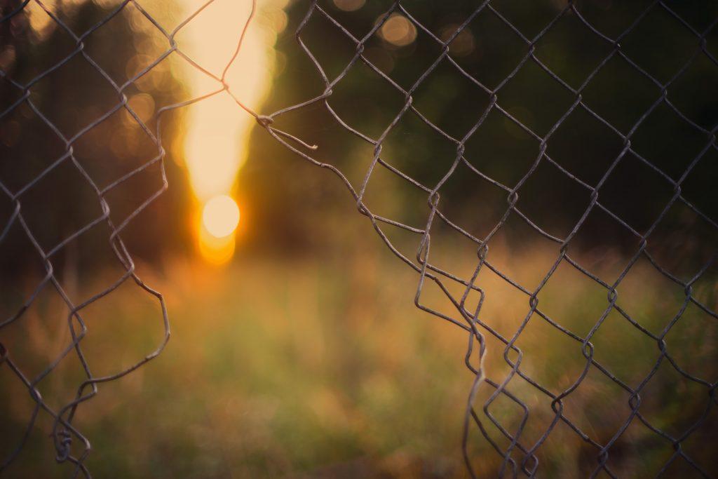 barriera rete abbattuta