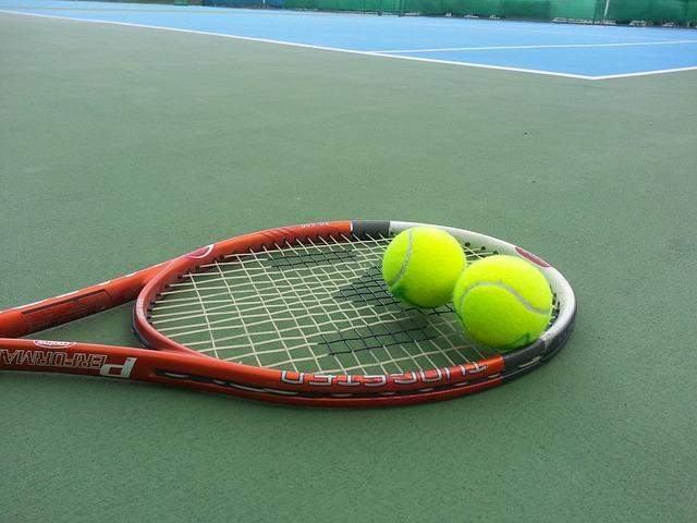racchetta e due palline da tennis